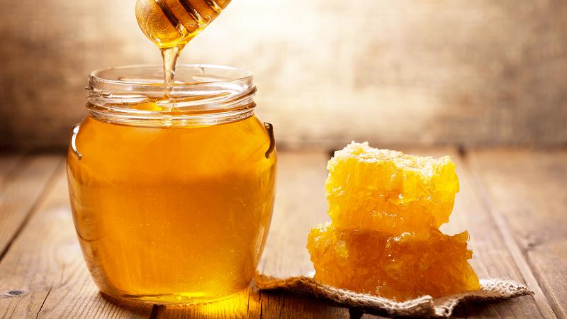 Học cách trị thâm môi từ mật ong hiệu quả