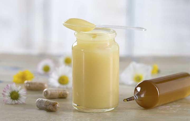 Massage mặt trực tiếp bằng sữa ong chúa