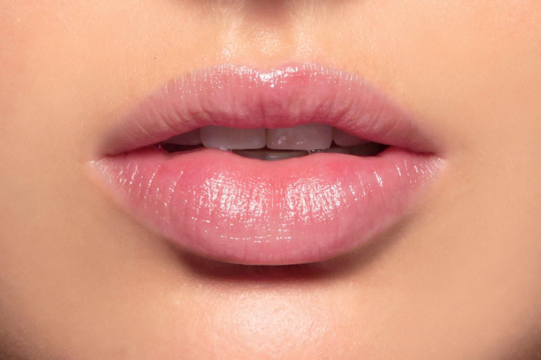Các cách trị thâm môi từ dầu gấc hiệu quả