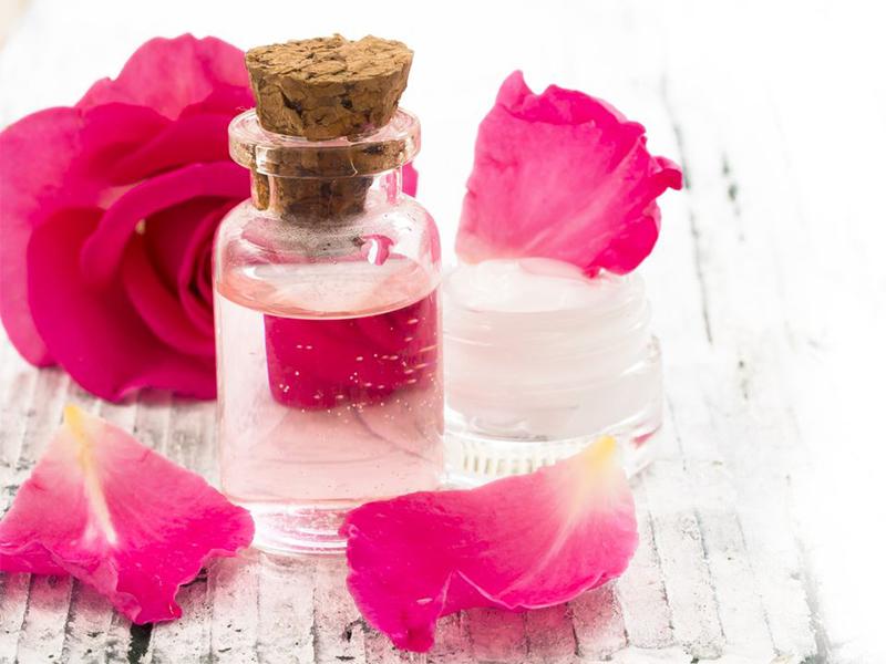 Hướng dẫn cách trị thâm môi với nước hoa hồng