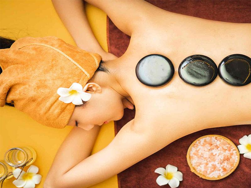 massage với đá nóng mang lại công dụng làm đẹp da
