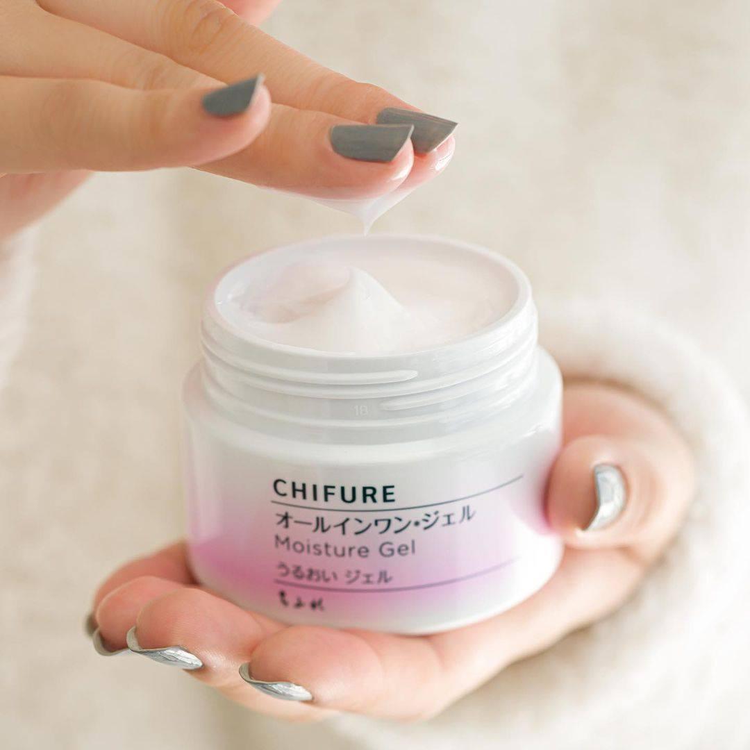 Gel Dưỡng Ẩm Chifure Moisture Gel 6 Trong 1 giúp bạn tiết kiệm thời gian cho việc chăm sóc da hằng ngày.