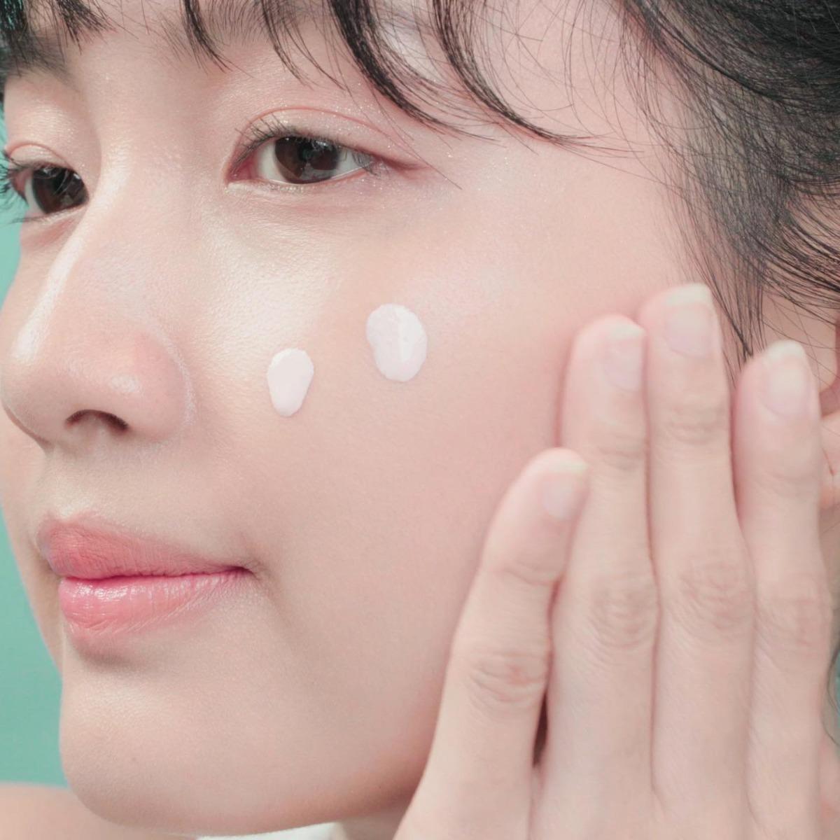 Kem Chống Nắng Caryophy Smart Sunscreen Tone Up SPF50+ PA+++ mang lại làn da sáng hồng rạng rỡ