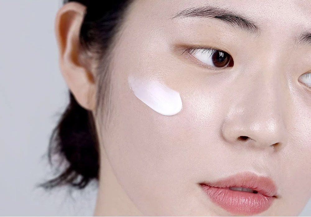 Kem Dưỡng Ẩm Klairs Rich Moist Soothing Cream có kết cấu dạng kem màu trắng, chất kem nhẹ nhàng thẩm thấu vào da, không tạo cảm giác nhờn dính.