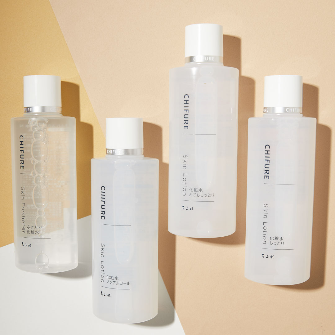 Lotion Dưỡng Ẩm Chifure Skin Lotion chứa Hyaluronic Acid và Trehalose giúp cung cấp độ ẩm cho làn da có xu hướng khô do mất nước, phục hồi lại độ ẩm và ngăn ngừa da khô thô ráp.