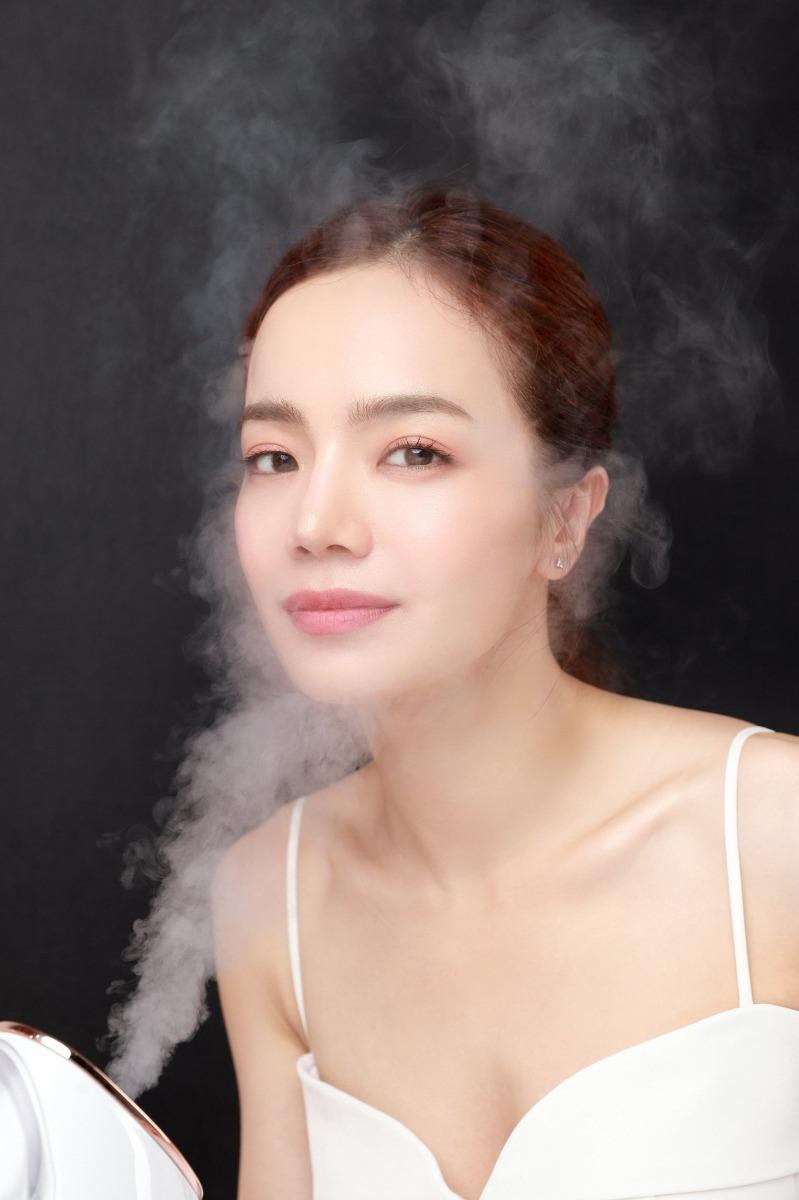 Máy Xông Mặt Emmié Nano Ionic Facial Steamer & Humidifer giúp làm sạch sâu đồng thời cấp ẩm cho da.