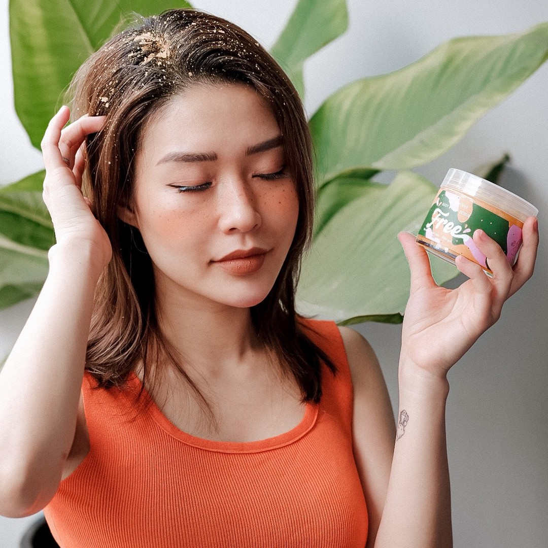 Muối Tắm Gội BareSoul Free Body & Hair Scrub loại bỏ tế bào chết và bã nhờn dư thừa, kích thích tuần hoàn máu, ngăn ngừa rụng tóc.