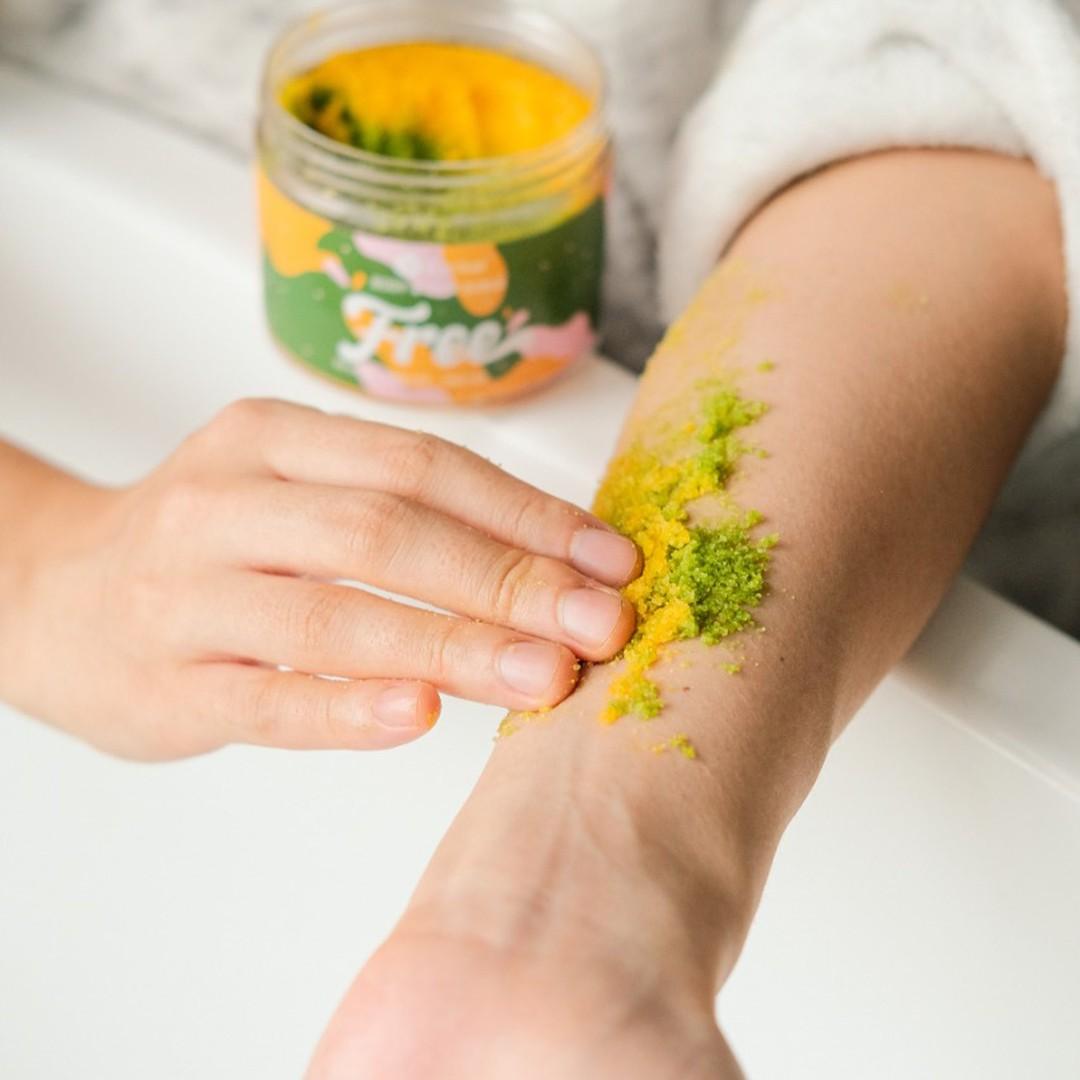 Muối Tắm Gội BareSoul Free Body & Hair Scrub giúp làm sạch sâu, lấy đi bã nhờn, làm thông thoáng lỗ chân lông từ đó duy trì làn da mịn màng và ngăn ngừa các loại mụn quay trở lại.