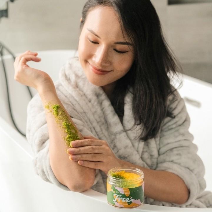 Muối Tắm Gội BareSoul Free Body & Hair Scrub với tinh dầu cam, bạc hà nguyên chất để cơ thể được thư giãn sau ngày dài mệt mỏi.