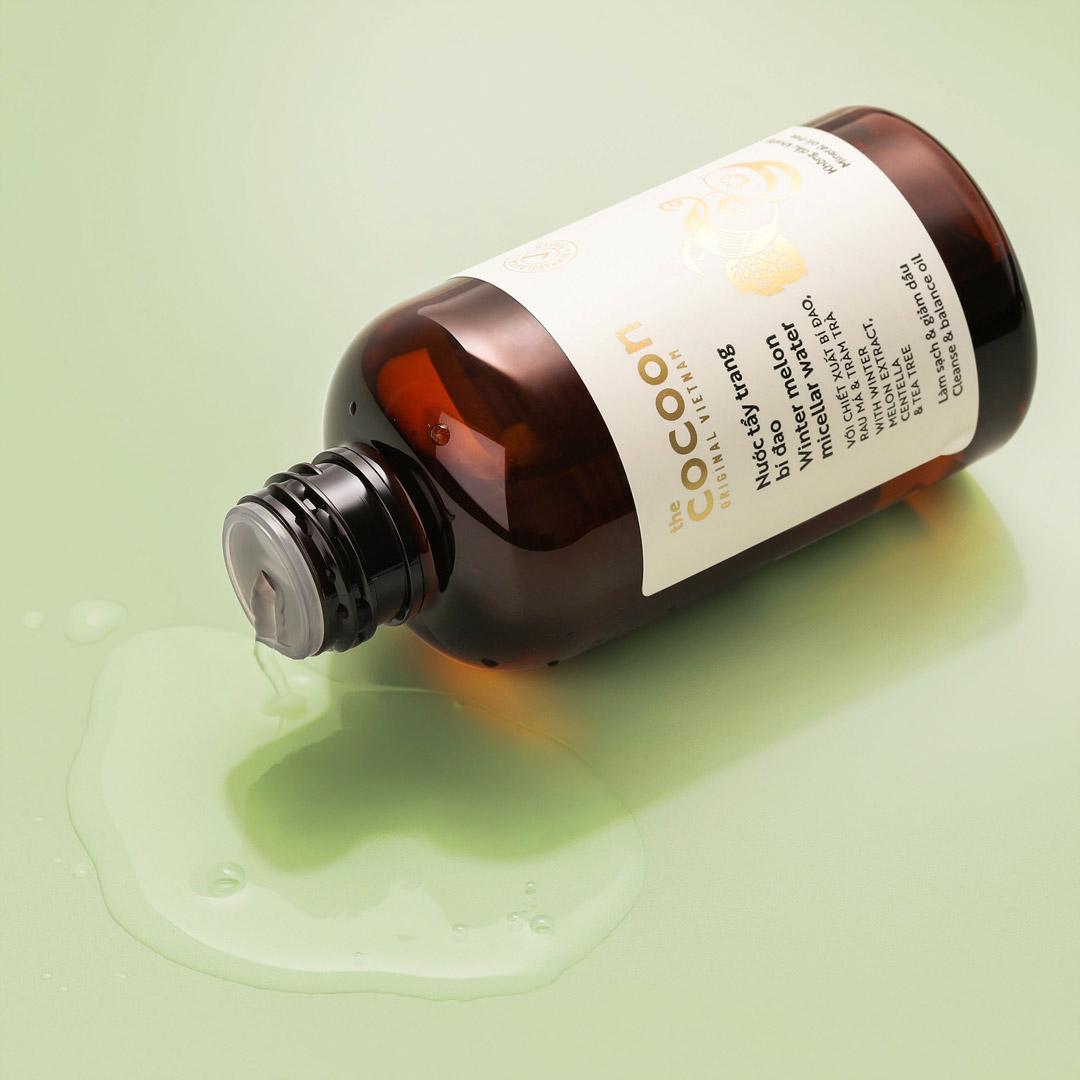 Nước Tẩy Trang Bí Đao Cocoon Winter Melon Micellar Water giúp hỗ trợ kiểm soát dầu và ngăn ngừa mụn do bít tắc lỗ chân lông.
