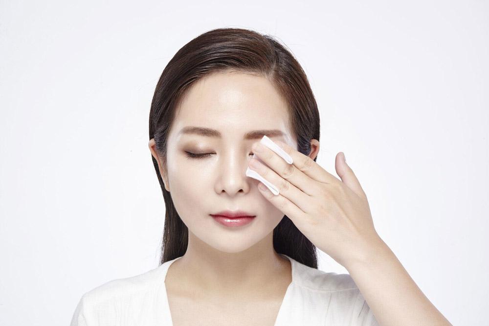 Nước Tẩy Trang Naruko Tea Tree Shake-Up Cleansing Water giúp dễ dàng loại bỏ kể cả lớp trang điểm cứng đầu như kem nền lâu trôi, mascara chống thấm nước...