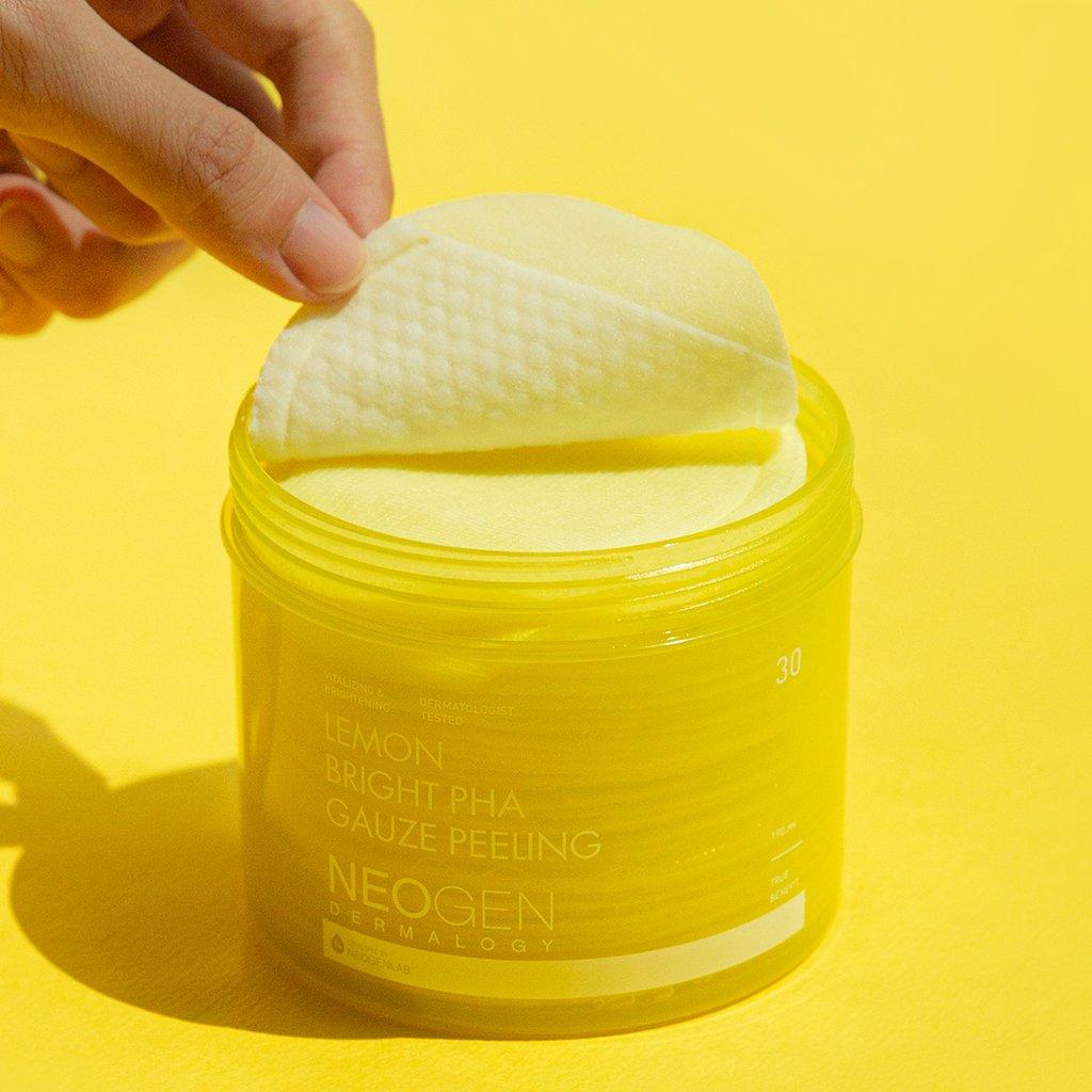 Pad Tẩy Da Chết Neogen Dermalogy Lemon Bright PHA Gauze Peeling chứa tinh chất Chanh Vàng giúp làm sáng da và cải thiện tình trạng da không đều màu.