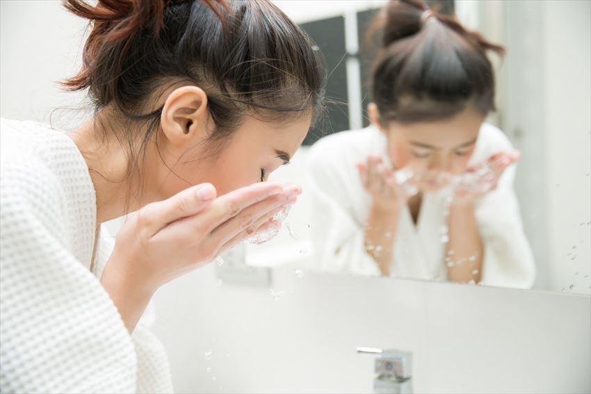 Sữa Rửa Mặt Tạo Bọt Hữu Cơ CORINE DE FARME giúp cung cấp độ ẩm cho da mềm mại ẩm mượt sau khi rửa mặt