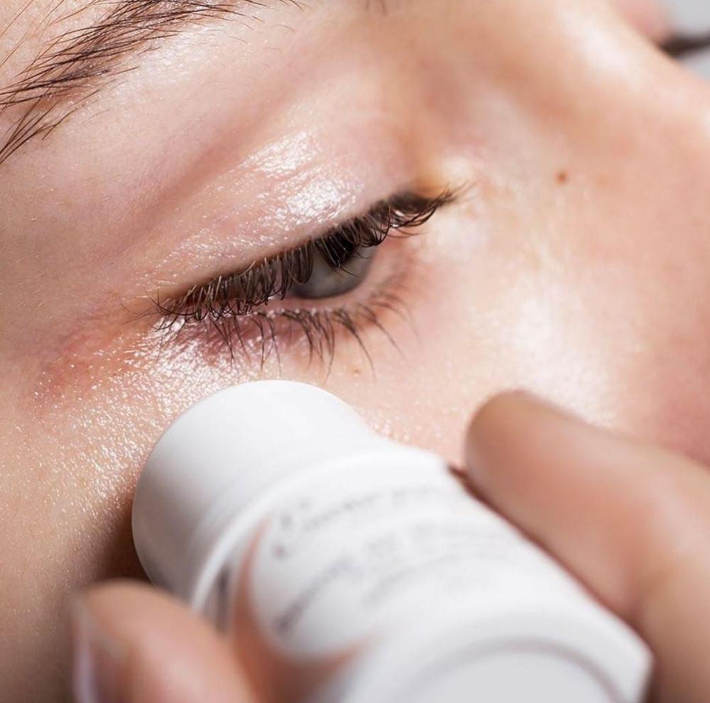 Thanh Lăn Embryolisse Eclat Du Regard giúp nhanh chóng làm dịu mát, giảm mệt mỏi và cung cấp năng lượng tức thì cho vùng da quanh mắt, mang lại ánh nhìn năng động suốt ngày dài.