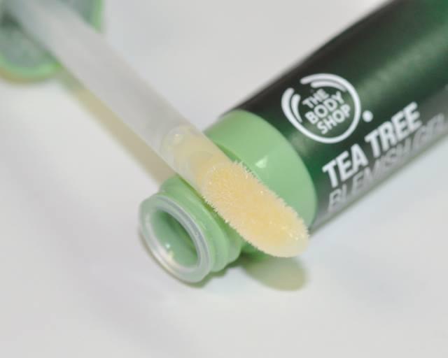 Gel Chấm Mụn The Body Shop Tea Tree Targeted Gel giúp hỗ trợ giảm sưng viêm ở nốt mụn
