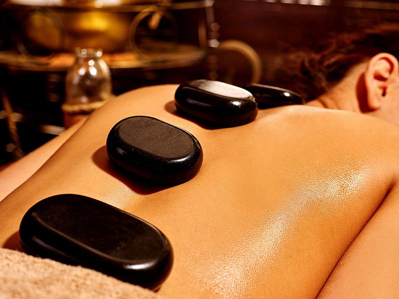 5 tác dụng tuyệt vời mà massage bằng đá nóng mang lại