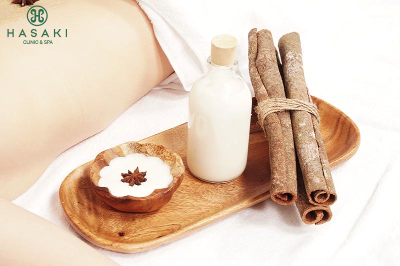 Cinnamon Body Scrub giúp loại sạch mụn lưng sần sùi xấu xí, mang lại làn da tươi mịn.